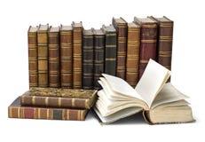 Alte Bücher getrennt auf Weiß Stockbild