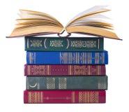 Alte Bücher getrennt auf weißem Hintergrund Stockbilder