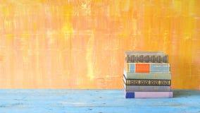 Alte Bücher, grungy Hintergrund, Lizenzfreie Stockfotos