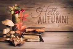 Alte Bücher, Herbstdekorationen auf dem Holz, Text grüßend Stockbild