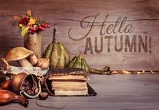 Alte Bücher, Herbstdekorationen auf Holz, Text Stockbild