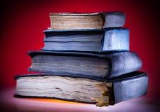 Alte Bücher, Hintergrund der roten Leuchte Lizenzfreies Stockfoto