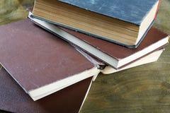 Alte Bücher im braunen Abdeckungsabschluß Lizenzfreie Stockfotografie