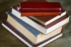 Alte Bücher im braunen Abdeckungsabschluß oben Stockbilder
