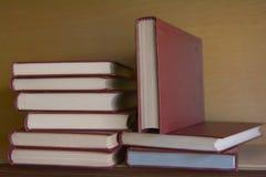 Alte Bücher im Regal in der Bibliothek Stockbilder