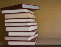 Alte Bücher im Regal in der Bibliothek Stockbild