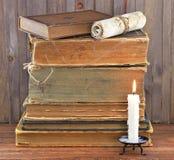 Alte Bücher im Spinnennetz mit Kerze Lizenzfreie Stockfotos