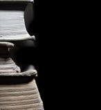 Alte Bücher im Stapel lokalisiert Stockfotos