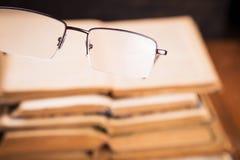 Alte Bücher im Studio Stockfotos