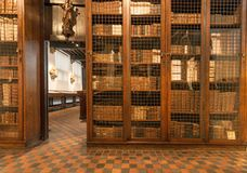 Alte Bücher innerhalb der Bibliothek des Druckmuseums von Plantin-Moretus, UNESCO-Welterbestätte Stockfotografie