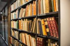 Alte Bücher innerhalb der Universitätsbibliothek von Humboldt in Berlin Lizenzfreies Stockbild