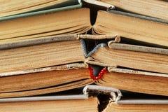 Alte Bücher liegen in Folge als Hintergrund Getontes Foto Stockfotografie