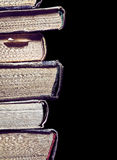 Alte Bücher lokalisiert auf schwarzem Hintergrund Stockfoto