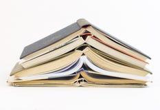 Alte Bücher lokalisiert auf weißem Hintergrund Lizenzfreies Stockfoto