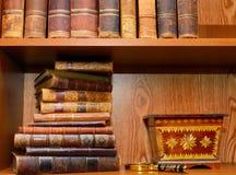 Alte Bücher, Lupe und Kasten Stockfotografie