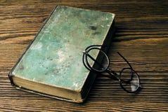 Alte Bücher mit Augengläsern Stockfoto