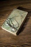 Alte Bücher mit Augengläsern Lizenzfreie Stockfotografie