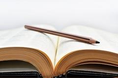 Alte Bücher mit Bleistift Stockfotos