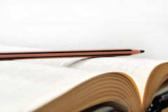 Alte Bücher mit Bleistift Stockfoto