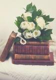 Alte Bücher mit Blumen Lizenzfreie Stockfotos