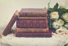 Alte Bücher mit Blumen Stockfotografie