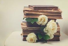 Alte Bücher mit Blumen Stockfotos
