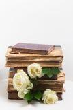 Alte Bücher mit Blumen Stockbilder
