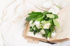 Alte Bücher mit Blumen Lizenzfreie Stockbilder