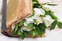 Alte Bücher mit Blumen Stockbild