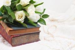 Alte Bücher mit Blumen Lizenzfreies Stockfoto