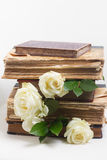 Alte Bücher mit Blumen Stockfoto
