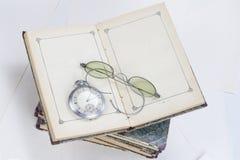 Alte Bücher mit Brillen Lizenzfreie Stockfotografie