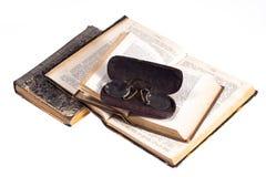 Alte Bücher mit Brillen Stockbilder