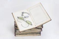 Alte Bücher mit Brillen auf Weiß Lizenzfreie Stockbilder