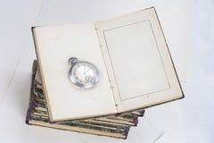 Alte Bücher mit Brillen auf Weiß Stockfotos