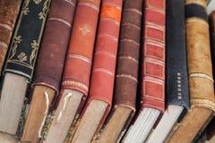 Alte Bücher mit bunten ledernen Abdeckungen lagen auf dem Zähler Lizenzfreie Stockfotos