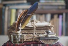 Alte Bücher mit dem presse papier und Tintenfaß Stockbilder