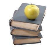 Alte Bücher mit einem Apfel Lizenzfreies Stockfoto