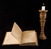 Alte Bücher mit einer Kerze Stockbild
