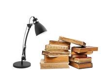 Alte Bücher mit einer Lampe Stockfotografie