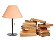 Alte Bücher mit einer Lampe Lizenzfreie Stockfotografie