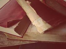 Alte Bücher mit geschädigten Teilen Stockbild