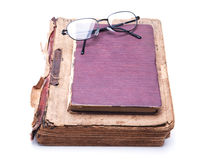Alte Bücher mit Gläsern Stockbild