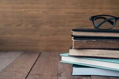 Alte Bücher mit Gläsern auf Holztisch Freier Platz für Text Lizenzfreie Stockfotos