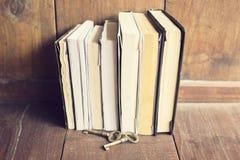 Alte Bücher mit im altem Stil Schlüsseln auf dem Bretterboden Lizenzfreie Stockfotos