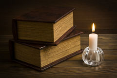 Alte Bücher mit Kerze Lizenzfreies Stockfoto
