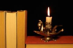 Alte Bücher mit Kerzenständer Stockfoto
