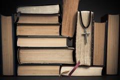 Alte Bücher mit Kreuz Buch und Kreuz Stockfoto