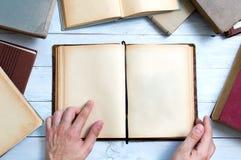 Alte Bücher mit leeren Seiten für Ihren Text Stockbilder