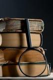 Alte Bücher mit Lupe Stockbild